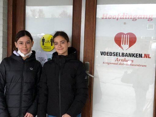 Isa en Migal schenken ruim 130 bingokaarten en traktaties aan de Voedselbank